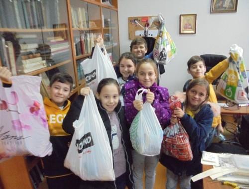 """Учениците от кръжок """"Добродетелност"""" дариха хранителни продукти за възрастни хора"""