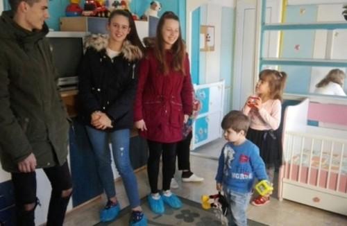 Ученици от Езикова гимназия дариха играчки за малчуганите от Дома в Дебелец