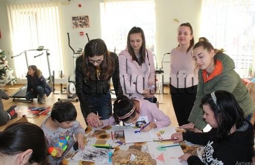 Абитуриенти подариха тържество, дрехи и играчки на младежите в хасковски център