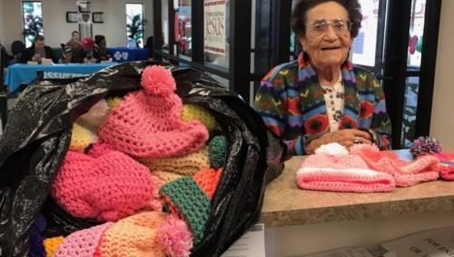 94-годишна жена плете стотици шапки цяла година и ги дарява на нуждаещи се
