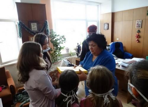 Ученици дариха 4200 лева от коледен базар на църковен храм