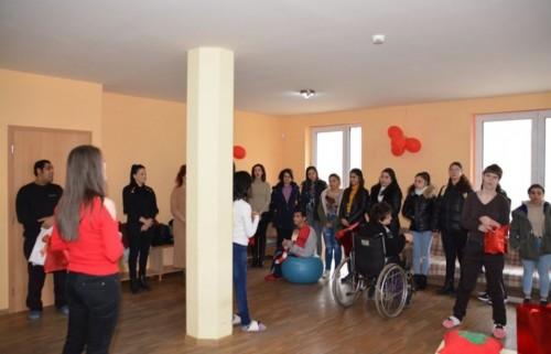 Ученици дариха на младежи с увреждания саморъчно изработени сувенири