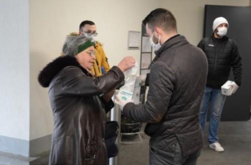 Раздадоха маски на възрастни хора във Варна
