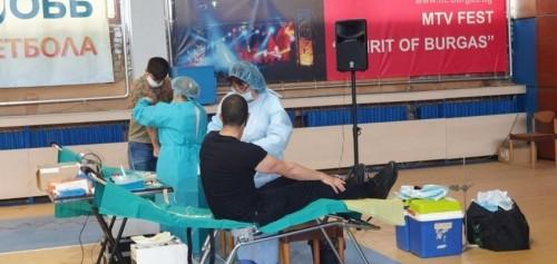 """Треньори и родители на деца от школите на """"Звездичка"""" дариха кръв за УМБАЛ"""