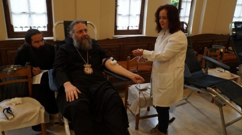 Митрополитът на Трики и Стагон Хрисостом заедно с клирици и вярващи дариха кръв