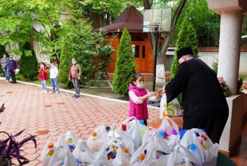 75 деца от епархийски социален дом в Румънската Патриаршия получиха подаръци за Международния ден на детето 2020