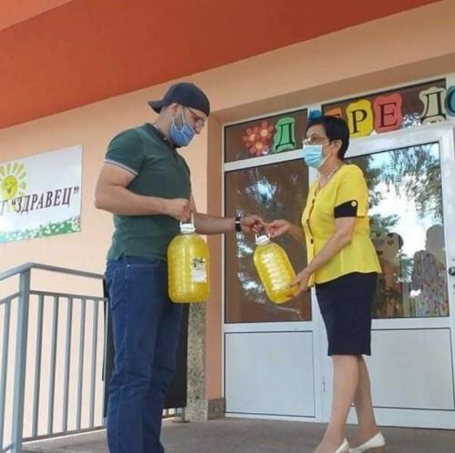 Дариха дезинфектанти на детски градини и домове в Правец