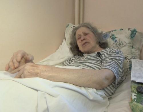 Възрастна учителка, прикована на легло, се нуждае от помощ