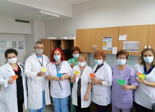 """Над 130 сърца с послания подариха на """"Уни Хоспитал"""" деца от Пирдоп"""