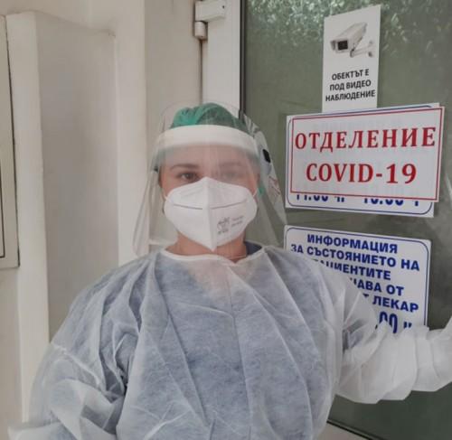 Студентки станаха доброволки в COVID-зоните на МБАЛ – Хасково