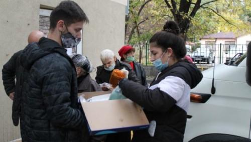 Ученици от Варна дариха 1400 предпазни маски