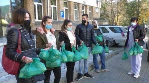 Ученици от гимназията по туризъм приготвиха обяд за медиците на първа линия в Смолян
