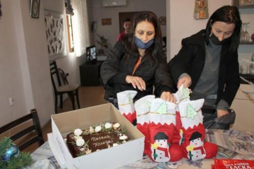 Торти и подаръци за децата от социални центрове в Хасково