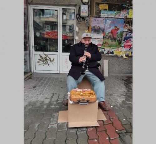 Добри хора осигуряват дърва за огрев на беден уличен музикант от Велико Търново