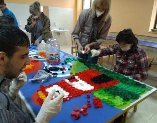Художничката Лора Янева вдъхнови младежи да създадат цветни арт мозайки