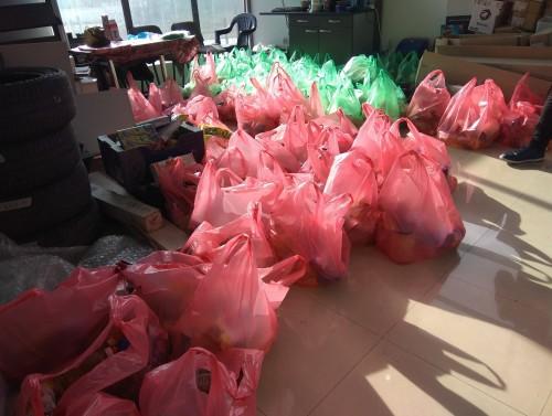 Група пазарджиклии събраха и дариха хранителни пакети на възрастни и болни хора