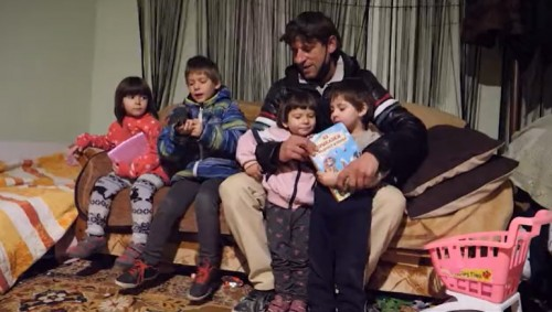 Самотен баща с 4 деца беше преместен в ново жилище след успешна дарителска кампания