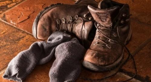 Доброволци събират дрехи за 12-годишно дете, което износва тези на баща си