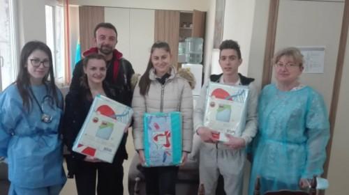 """Ученици от СУ """"Вела Благоева"""" дариха спални комплекти на търновската педиатрия"""