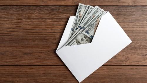 Бизнесмен подари на випуск колежани по 1000 долара и ги призова да дарят половината