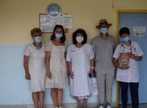 Младоженци дариха книги на болницата в Елин Пелин