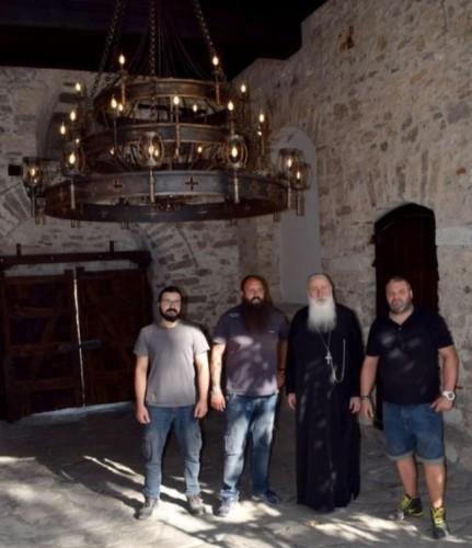 Майстори от Банско дариха светилник на Бачковския манастир