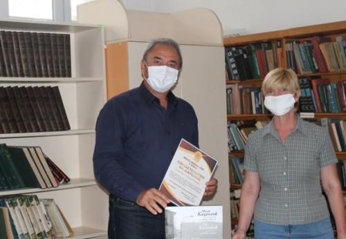Бедрос Азинян и Тошо Пейков дариха на библиотеката