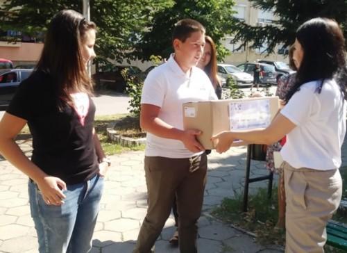 Дариха с шоколади и сладки децата, върнали портмоне с 400 лв.