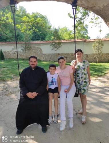 Свещеник от Петрич търси помощ за своята съпруга