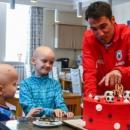 Футболистът Ивелин Попов зарадва раково болни деца в Казан с торта и дарове