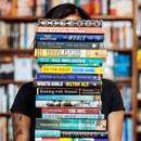 Третокласничка дари 52 свои книги на библиотеката