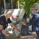 Доброволци дариха храна на 24 възрастни хорав радомирското село Гълъбник